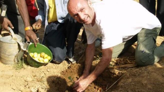 El ciclista Leonardo Piepoli, durante la siembra del árbol 200.000 en Malí (SAUNIER DUVAL)