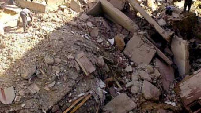 Personal de rescate, inspeccionado los restos del edificio que se derrumbó hoy en Alejandría. (Foto: EFE)