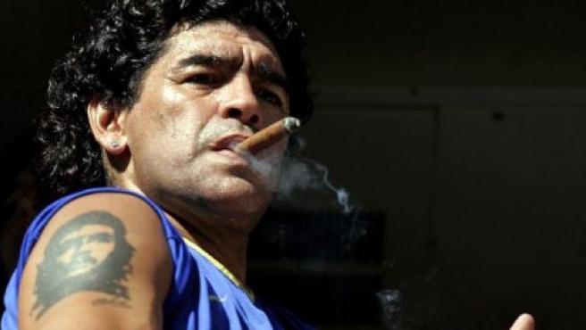 Diego Armando Maradona disfruta de un puro durante un partido de Boca Juniors (EFE).