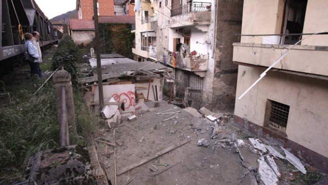 La bomba causó grandes destrozos en la placa de hormigón de la Casa del Pueblo. (Alfredo Aldai / EFE)