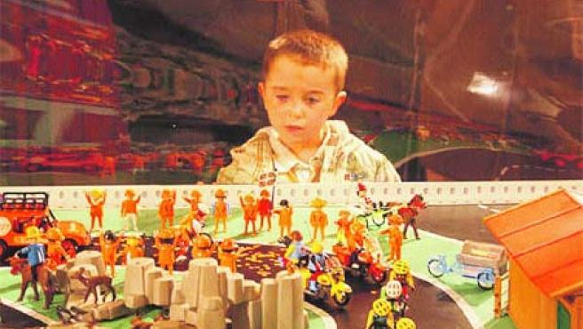 No es cosa de niños. Grandes y pequeños disfrutan jugando con estos muñecos de 7,5 centímetros.