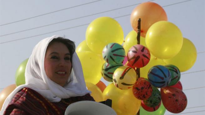 Bhutto saluda a sus simpatizantes en una foto tomada en Peshawar (Foto: Reuters).