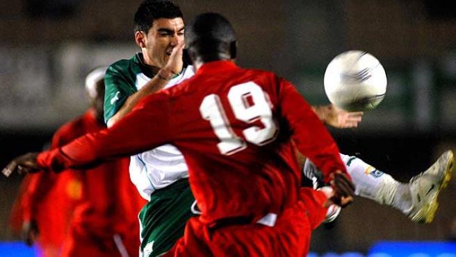 José Antonio Reyes (de frente) durante un momento del partido. (Efe)