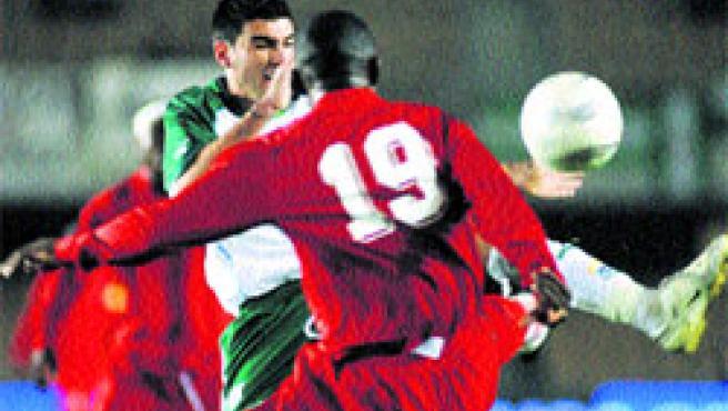 El andaluz Reyes lucha por la pelota con el jugador de Zambia Clive Hachilensa ayer en Chapín. (Muñoz / EFE).