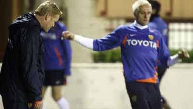Ronald Koeman y Santiago Cañizares en un entrenamiento con el Valencia.
