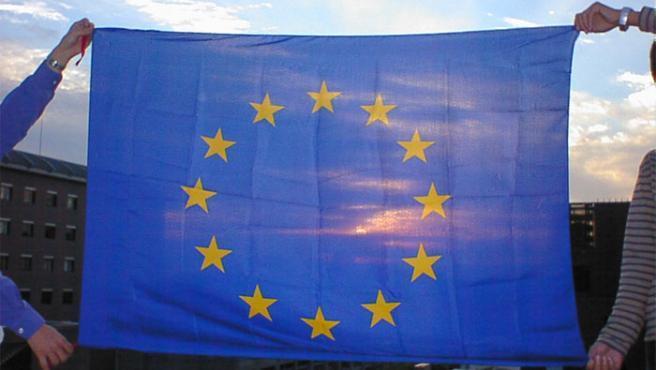 La bandera de doce estrellas doradas que representa a la Unión Europea desde los años 80.