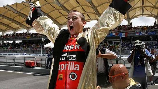 Jorge Lorenzo, con el albornoz de boxeador, al más puro estilo Rocky. (Reuters)