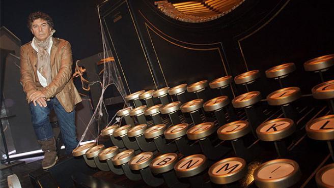 El periodista posa en el decorado del programa La noche de Quintero.