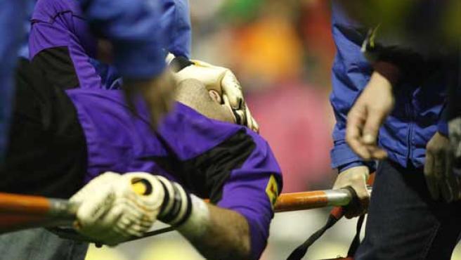 Albert Jorquera es retirado en camilla tras lesionarse en el amistoso entre Euskal Herria y Catalunya (EFE).