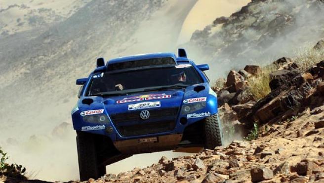 Carlos Sainz prueba la suspensión de su Volkswagen por tierras mauritanas (ARCHIVO).