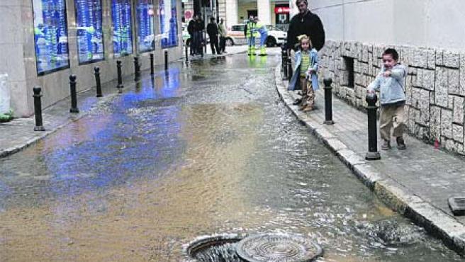 El agua hundió el pavimento y se extendió por toda la calle Virgen de la Consolación. (Carlos Escolástico)