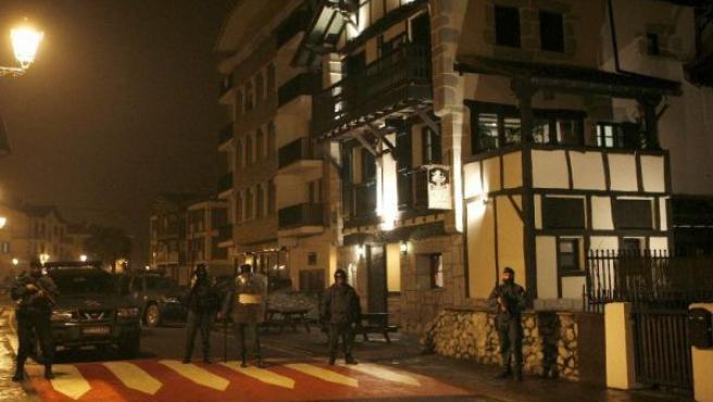 Miembros de la Guardia Civil a la entrada del domicilio de uno de los dos presuntos etarras detenidos ayer en Arrasate. (VILLAR LÓPEZ/EFE)