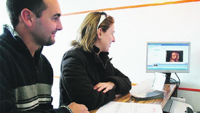 Una pareja alicantina observa la cara de su futuro bebé en un monitor (Francisco González).