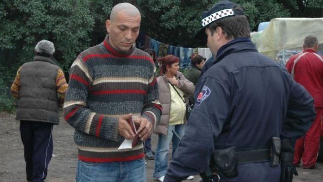Un policía pide la documentación a uno de los 173 inmigrantes búlgaros que viven en las chabolas de Patiño. FOTO: TANYA M.
