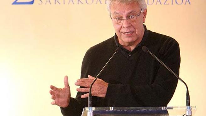 Felipe González en su intervención al recoger el premio Ramón Rubial en San Sebastián. (Juan Herrero / EFE)