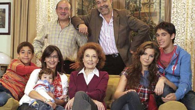 Parte del equipo artístico de Los Serrano.