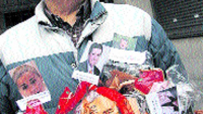Los vecinos de Sárdoma protestaron por el PXOM con sus «regalos» para los concejales (Laura González).