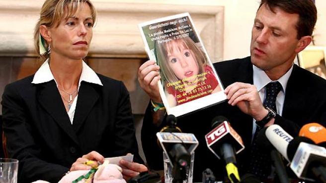 Los padres de Madeleine McCann, Kate y Gerry, sosteniendo una fotografía de su hija (AGENCIAS).