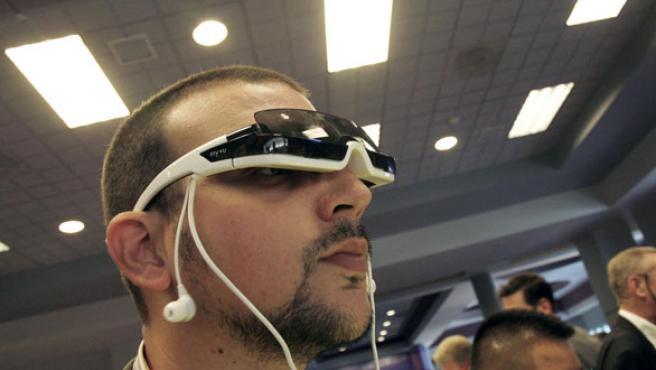 Un visitante de CES prueba el reproductor multimedia portátil de Myvu.