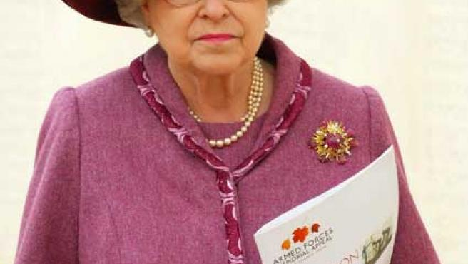 La reina Isabel durante la inauguración de un monumento.