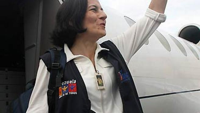 Clara Rojas saluda a su llegada al aeropuerto de Maiquetía, en Caracas (Venezuela. (EFE).