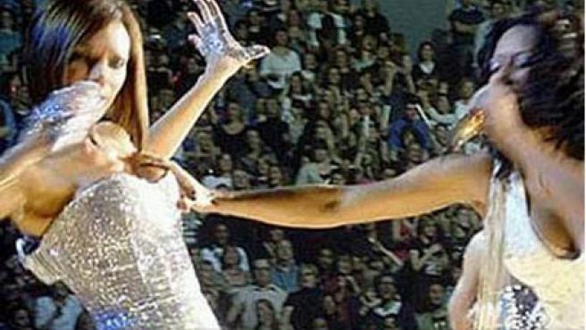 Momento en el que Mel B acaricia el pecho a Victoria.