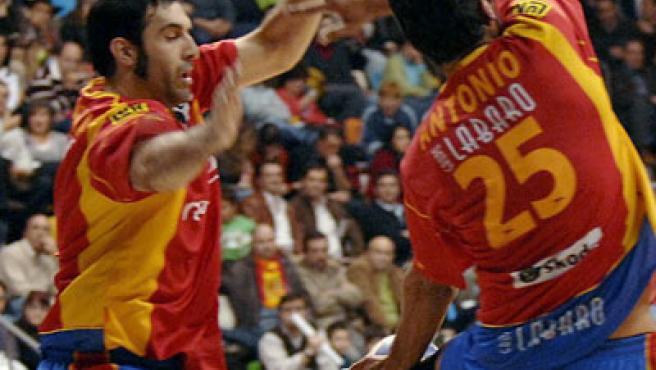 Los jugadores de la selección española de balonmano, Julén Aguiragalde (i) y Asier Antonio, defienden con intensidad.