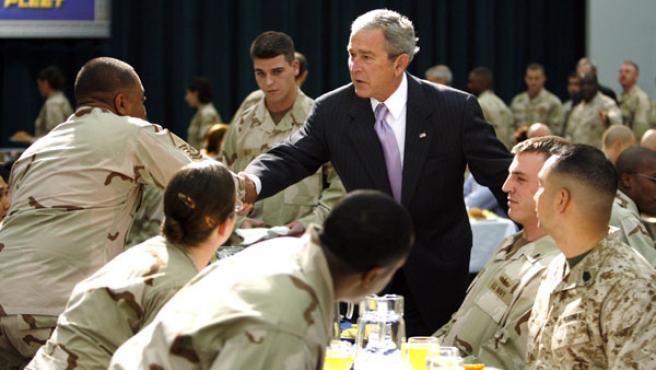 George W. Bush saluda a un soldado norteamericano en la base naval en Bahrain.