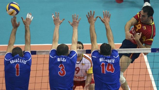 Israel Rodríguez, de España, golpea el balón ante tres jugadores serbios. (FATIH SARIBAS / REUTERS)