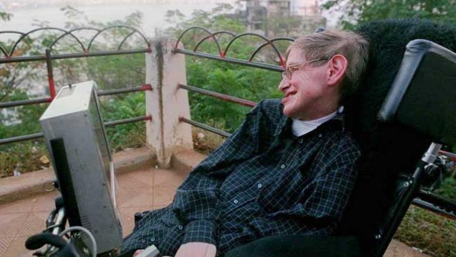 Hawking sufre una esclerosis lateral amiotrópica que lo mantiene paralizado.