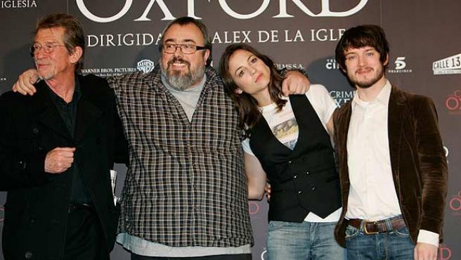El director de 'Los crímenes de Oxford', Alex de la Iglesia (2i) junto a John Hurt (1i), Leonor Wattling (2d) y Elijah Wood (1d).