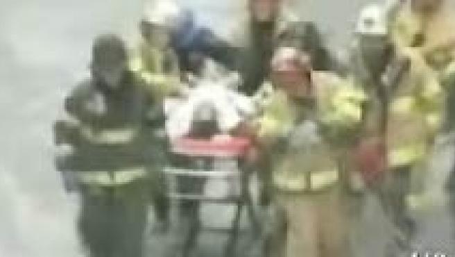 Una persona murió en el accidente ocurrido este lunes en el 'Trump Soho' de Nueva Rok. (Imágenes: wcbstv.com).