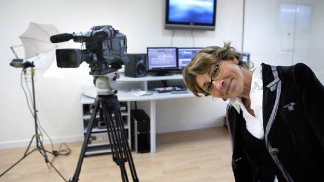 Eulalia Conde, en el estudio de televisión ubicado en el Gabinete de Imagen y TIC del hospital. (Carlos Escolástico).