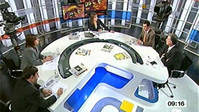 Un momento del debate en TVE. A la derecha, el director de '20 minutos', Arsenio Escolar, junto al de 'Metro', Carlos Salas.