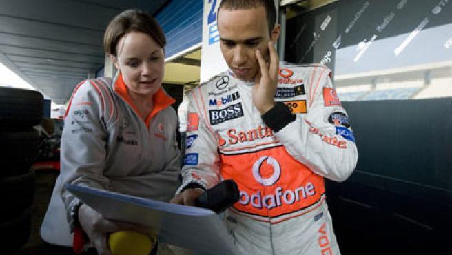 El pilto británico Lewis Hamilton tras la segunda jornada de entrenamientos libres en el circuito de Jerez.