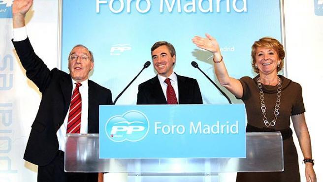 Manuel Pizarro (i), Ángel Acebes y Esperanza Aguirre (d) durante la presentación en Carabanchel. (Bernardo Rodríguez / EFE)