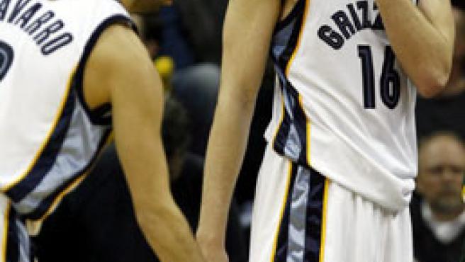 Pau Gasol y Juan Carlos Navarro se lamentan en un partido de los Memphis Grizzlies.