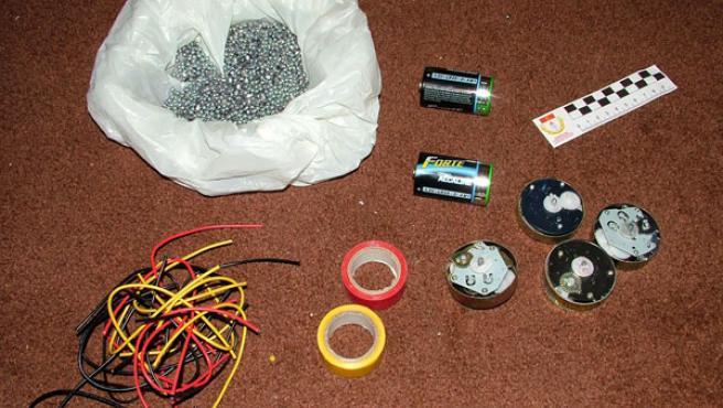 Parte del material para explosivos incautado en la operación. (EFE)