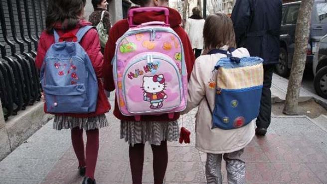 Dos niñas llevando la falda obligatoria del uniforme a la salida del colegio. (ARCHIVO)