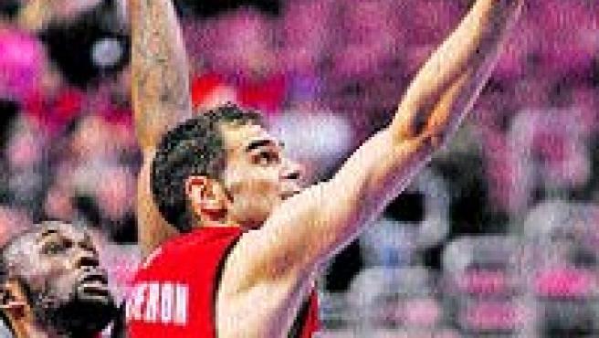 José Calderón entra a canasta ante los ojos de Reggie Evans.(Reuters)