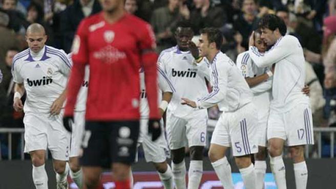 El Real Madrid celebra el gol de Van Nistelrooy. (EFE)