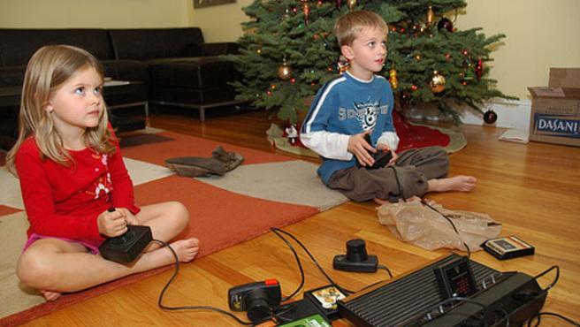 Un par de niños jugando a la consola.