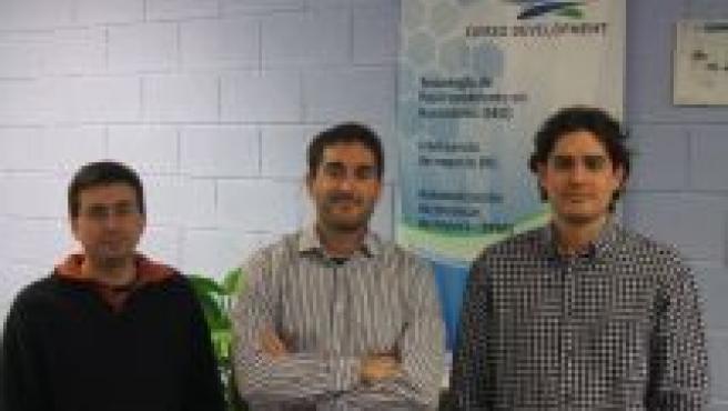 Antonio Cierzo (centro) dirige Cierzo Development, en la que trabaja con dos compañeros.
