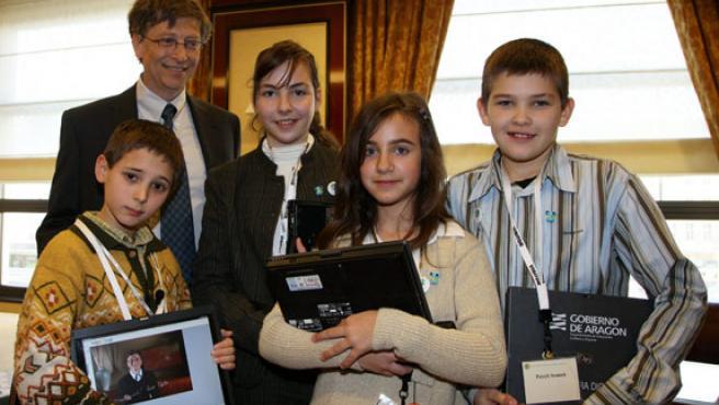 Bill Gates posa junto a los niños.