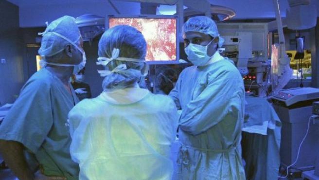 Cirujanos en el quirófano, en una imagen de archivo.