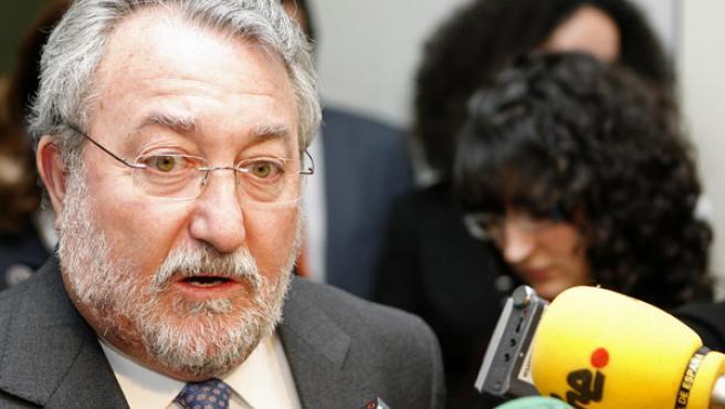 El ministro de Sanidad y Consumo, Bernat Soria, atiende a los periodistas ayer en Madrid (EFE/ VICTOR LERENA)