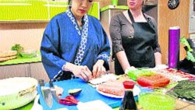 El mercado vigués de O Progreso acogió ayer una jornada dedicada a la gastronomía japonesa.(L.G.)