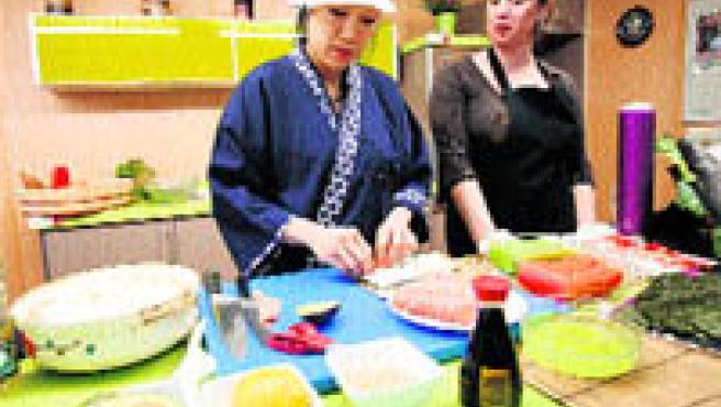 El arte culinario oriental llegó ayer al mercado de O Progreso (L. González).