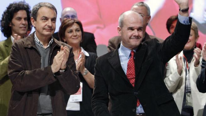 El presidente del Gobierno, José Luis Rodríguez Zapatero, y el presidente del partido, Manuel Chaves, durante Conferencia Política de los socialistas. (ÁNGEL DÍAZ / EFE).