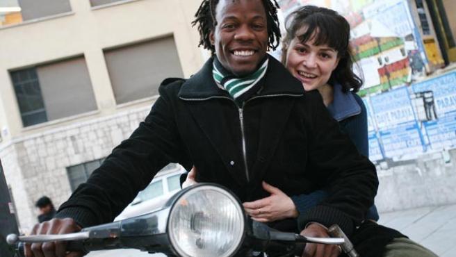 El angoleño Janota y su esposa, la española Aída.(SERGIO GONZÁLEZ)